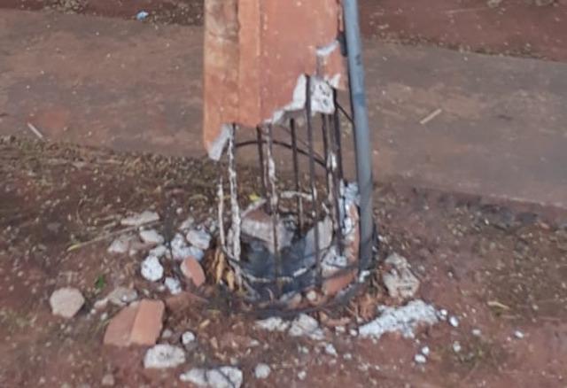 Moradores do bairro Guanabara denunciam poste de energia elétrica sustentado apenas por vergalhões