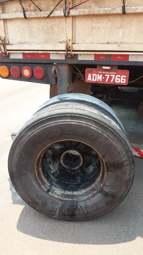 Susto na BR-158: Incêndio que começou em roda de carreta é apagado por motorista de caminhão
