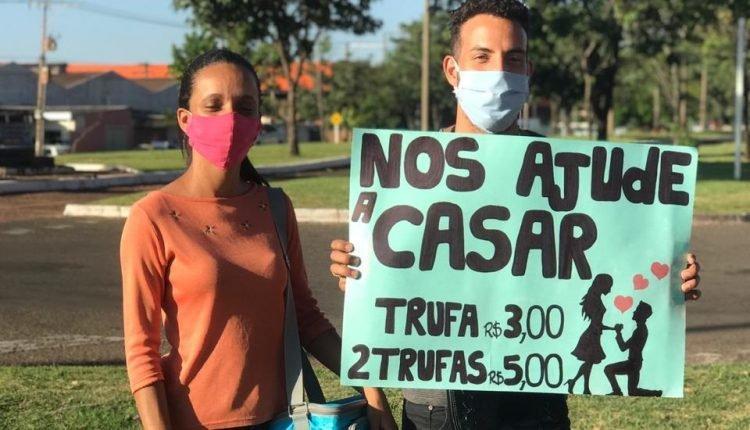 Em Campo Grande, jovens vendem trufas no semáforo para conseguir casar
