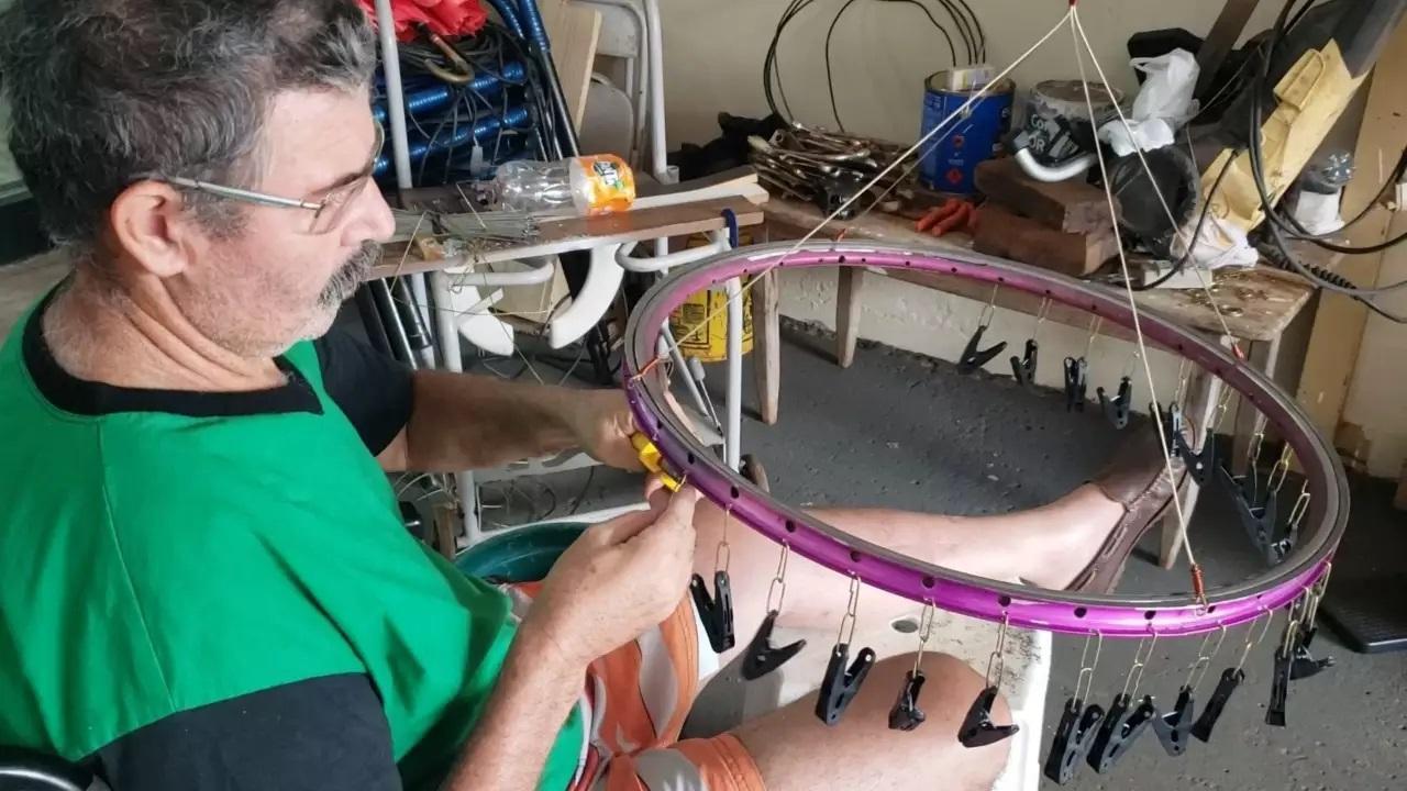 Em Costa Rica, preso à cadeira de rodas, pedreiro faz varal com aro de bike para sobreviver