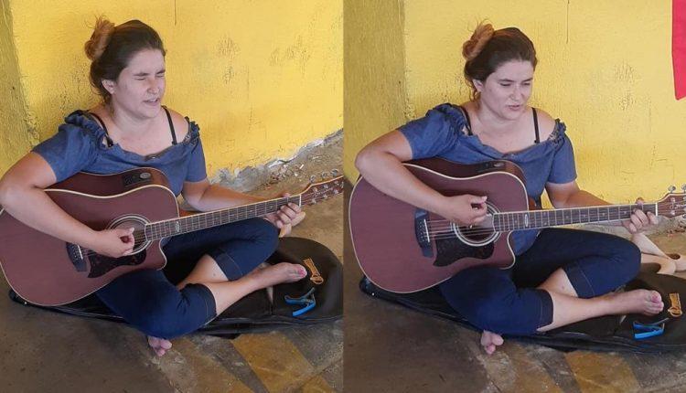 Em Campo Grande, cantora viraliza ao cantar em chão de supermercado