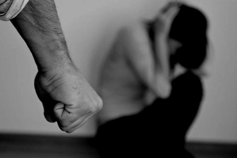 Ex-marido invade casa, agride mulher na frente dos filhos