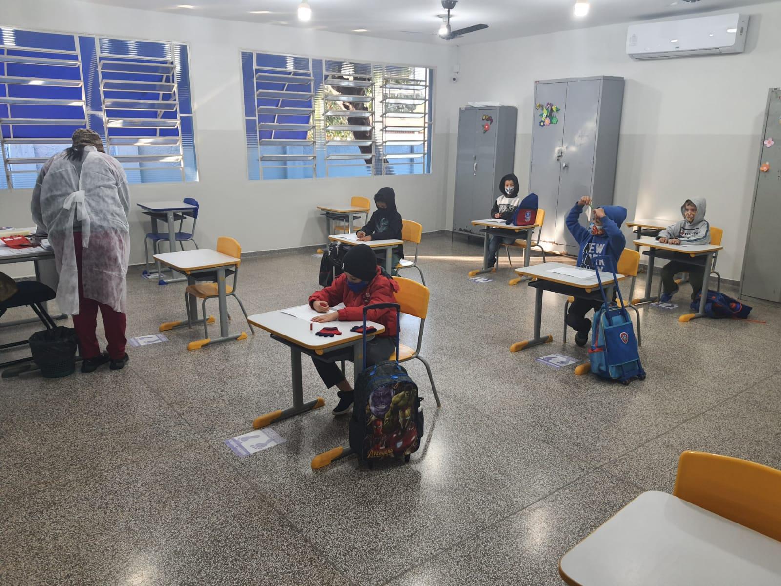 Carinho e emoção marcam a volta dos alunos para a sala de aula em Três Lagoas