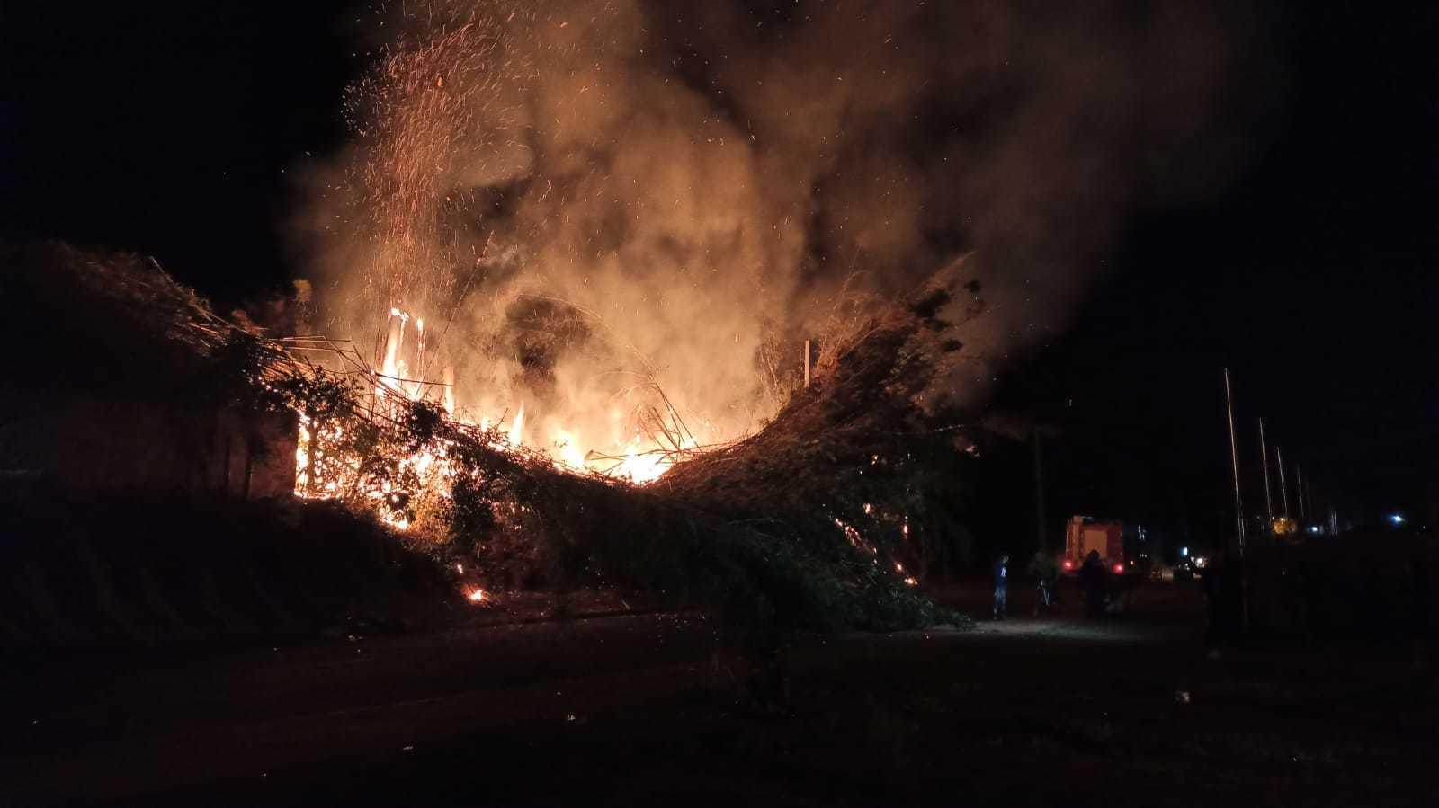 Incêndio de grandes proporções atinge fiação e deixa moradores sem energia