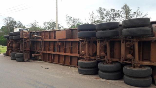 Motorista perde controle e capota caminhão na MS-436