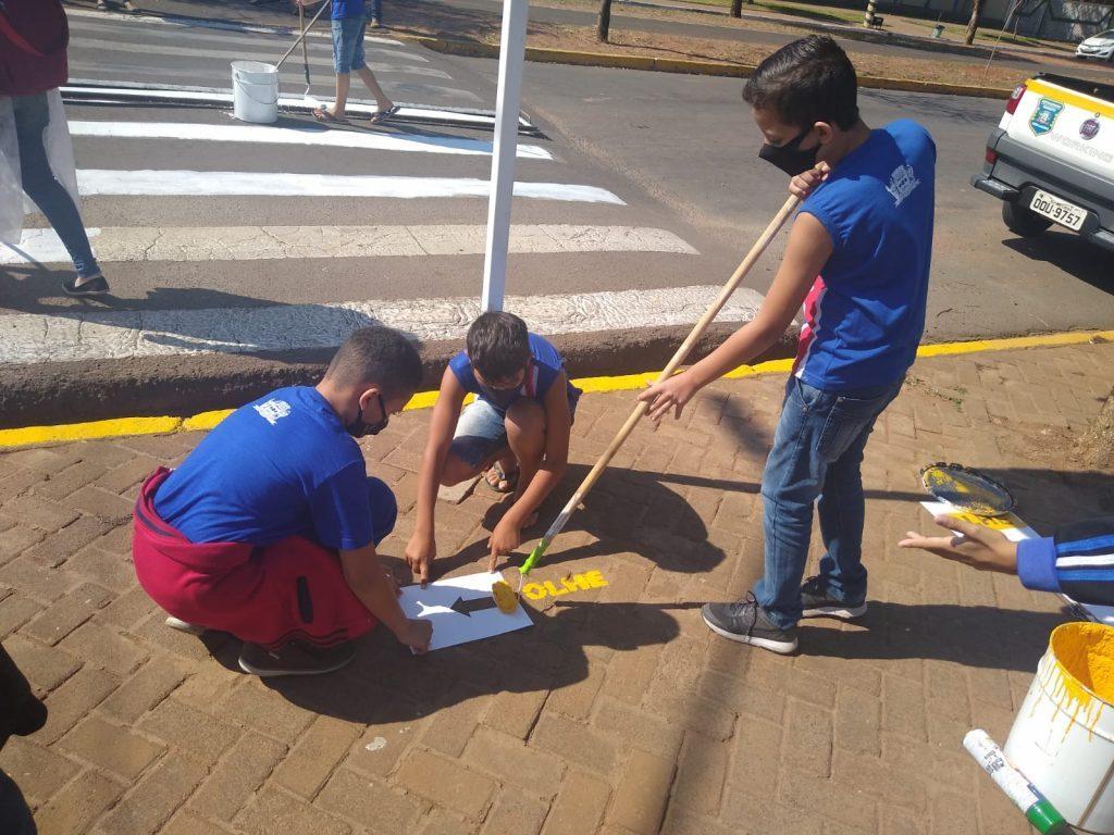 Diretoria de Trânsito promoveu ação alusiva à faixa de pedestre com alunos da Escola Ramez Tebet