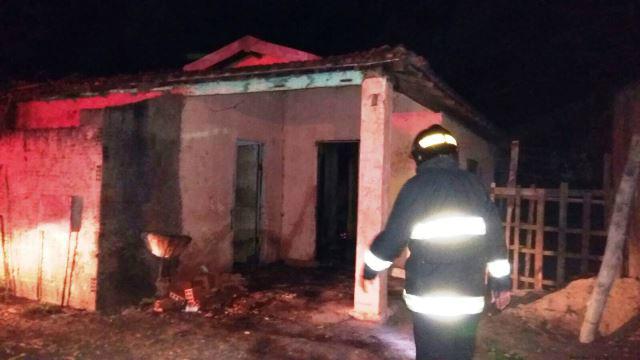 Bombeiros apagam incêndio em residência no bairro Santa Rita