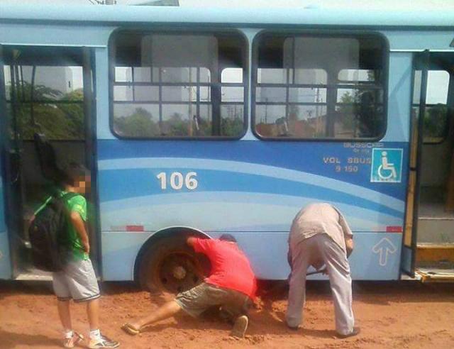 Ônibus que transportava alunos atola em rua de terra no Jardim das Acácias